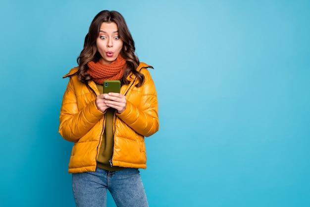 놀라운 숙녀 보류 전화 착용 세련된 가을 윈드 브레이커 청바지 스카프 프리미엄 사진