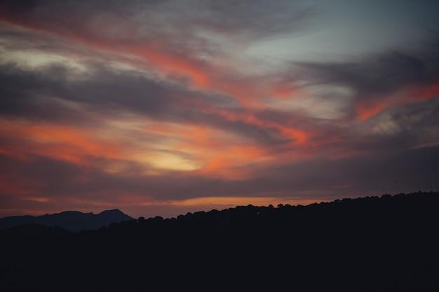 Incredibile paesaggio di cielo nuvoloso Foto Gratuite