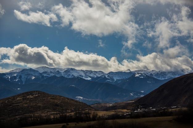 空を背景に山の素晴らしい風景 Premium写真