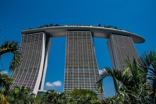 Удивительный снимок с низкого ракурса на marina bay sands в сингапуре. Бесплатные Фотографии
