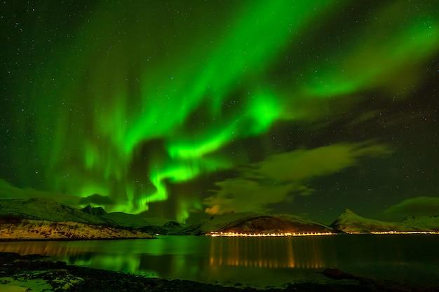 놀라운 북극광, 유럽 북부의 산 너머의 오로라 보 리 얼리 스-lofoten 섬, 노르웨이 프리미엄 사진