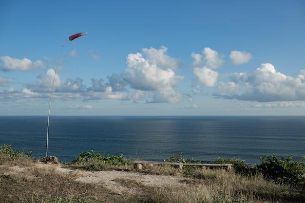 Uno scenario incredibile. vista sull'oceano dalla scogliera. bali. indonesia. Foto Gratuite