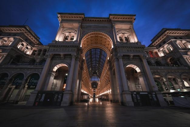 Incredibile scatto della straordinaria architettura della galleria vittorio emanuele ii a una distanza dal cielo notturno Foto Gratuite