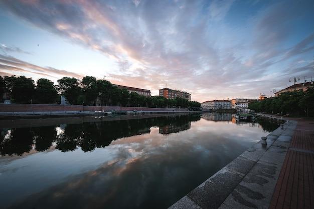 오래된 도시 건물과 반사 강의 놀라운 샷 무료 사진