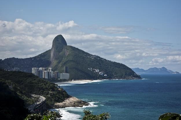 雄大な山のリオデジャネイロのビーチの素晴らしいショット 無料写真
