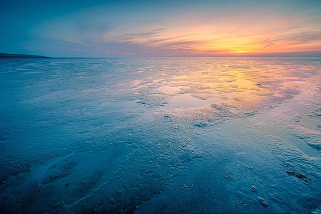 Incredibile scatto di un paesaggio marino durante un clima freddo sul tramonto Foto Gratuite