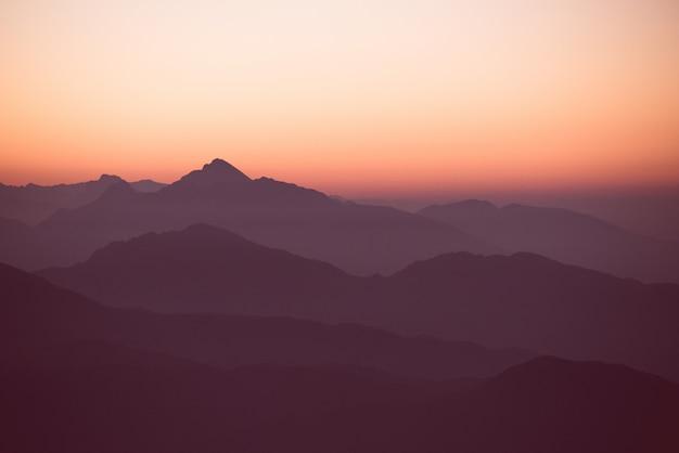 Удивительный закат над холмами и горами Бесплатные Фотографии