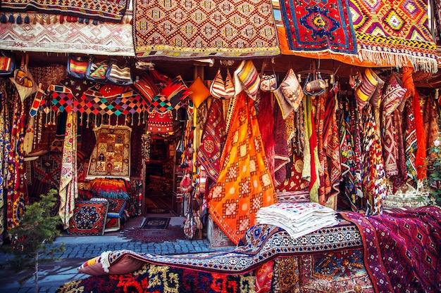 Удивительные традиционные турецкие ковры ручной работы в сувенирном магазине. Premium Фотографии