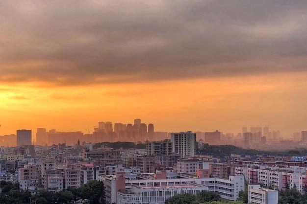흐린 주황색 일몰 하늘과 도시의 놀라운보기 무료 사진