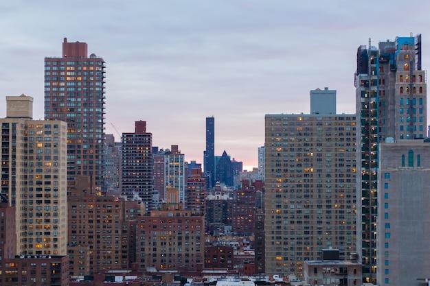 Потрясающий вид на городской пейзаж нью-йорка на прекрасном восходе солнца Бесплатные Фотографии