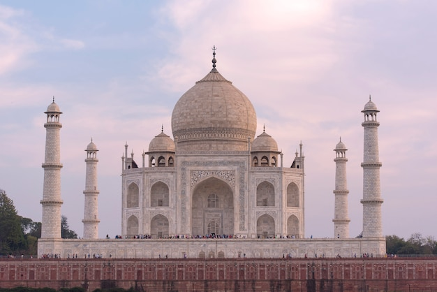 Amazing view of taj mahal in the evening in agra, fabulous taj mahal Premium Photo