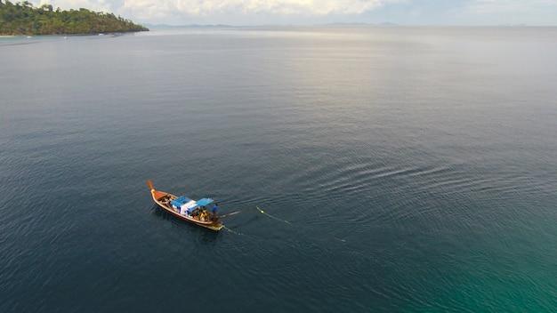 Удивительный вид на парусное судно в открытом море в ветреный день Premium Фотографии