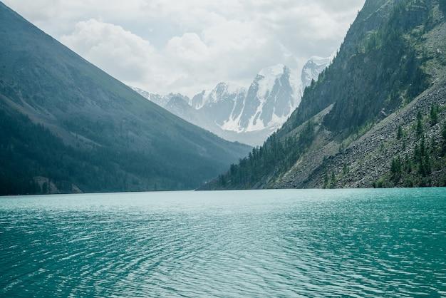 Удивительный вид на медитативную рябь на лазурной прозрачной спокойной воде горного озера. Premium Фотографии
