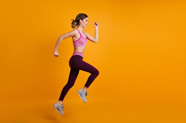 トレーニング中に走っている素晴らしい女性 無料写真