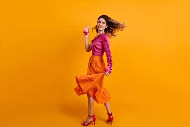스튜디오에서 춤추는 카메라와 함께 놀라운 여자 무료 사진
