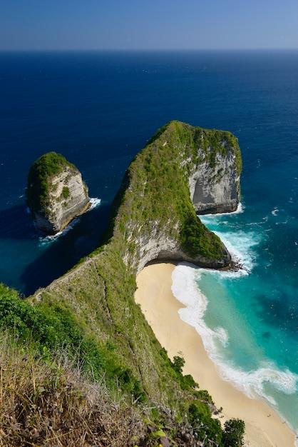 Amazing wonderful seashore aerial view of beach located in nusa penida, southeast of bali island, indonesia. Premium Photo