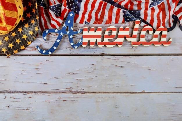 Знак америки украшен письмом с федеральным праздником патриотизма американского флага на деревянном фоне Premium Фотографии