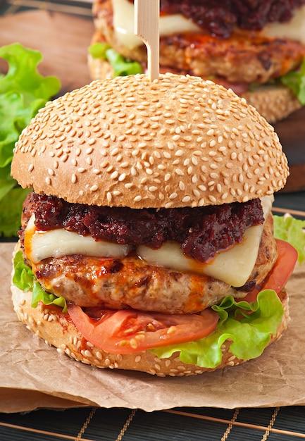 Американский бургер с курицей и беконом, домашний соус для барбекю Бесплатные Фотографии