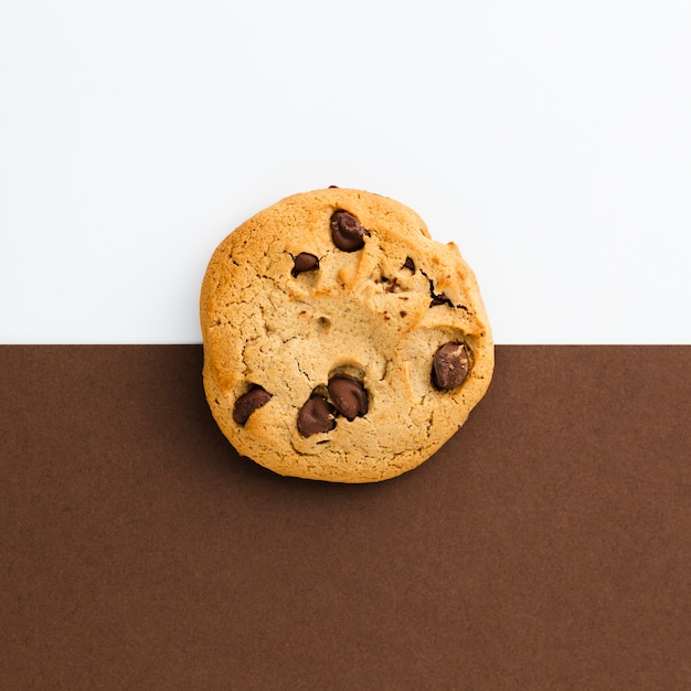 American cookie with contrasted background Premium Photo