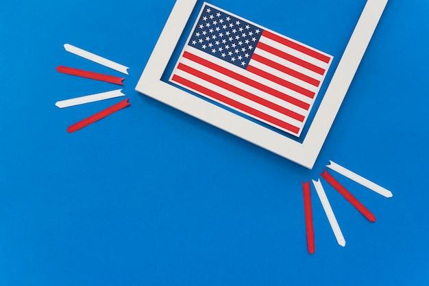 Bandiera americana incorniciata sulla superficie blu Foto Gratuite