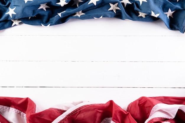 Американские флаги на деревянном фоне Premium Фотографии