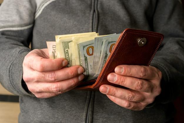 Американские деньги в руках мужчин Premium Фотографии