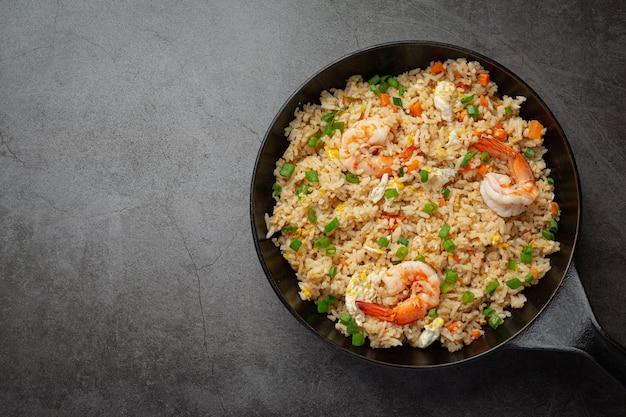 아메리칸 새우 볶음밥은 칠리 피쉬 소스 태국 음식과 함께 제공됩니다. 무료 사진