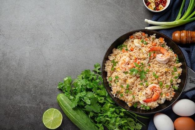Riso fritto gamberetti americani servito con salsa di pesce peperoncino thai food. Foto Gratuite