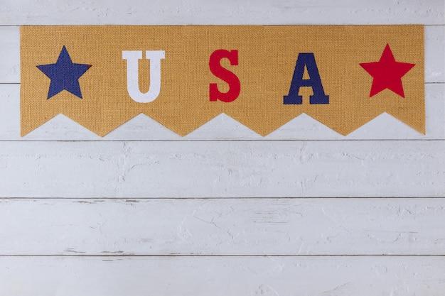 Американский символ празднования праздника сша слово письма с днем ветеранов день памяти день труда день независимости на фоне дерева Premium Фотографии