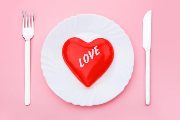 Амор красная посуда присутствует знак Premium Фотографии