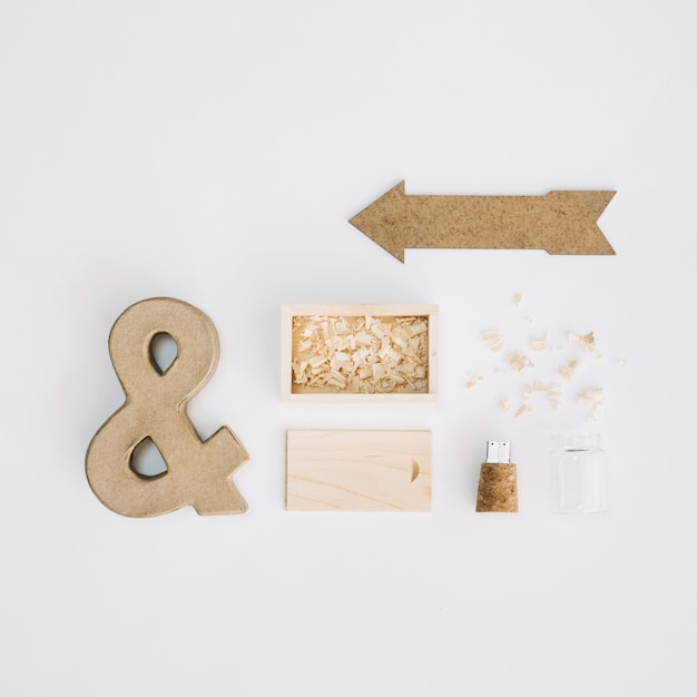 Ampersand and arrow near box and flash drive Free Photo