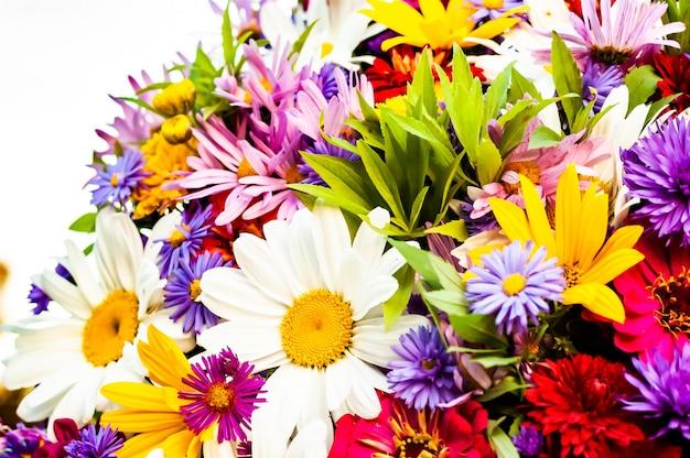 Обилие разнообразных красивых цветущих цветов в одном летнем букете. Premium Фотографии