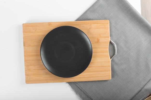 Пустая черная керамическая тарелка Бесплатные Фотографии