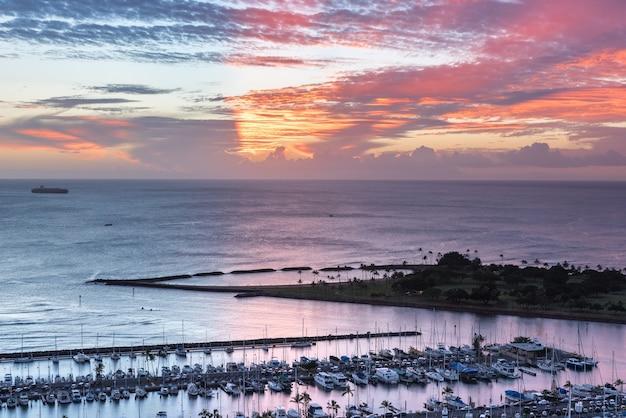 アラ・ワイ・スモール・ボート・ハーバーとホー・マジック・アイランドからのヨットの広大な夕日 Premium写真