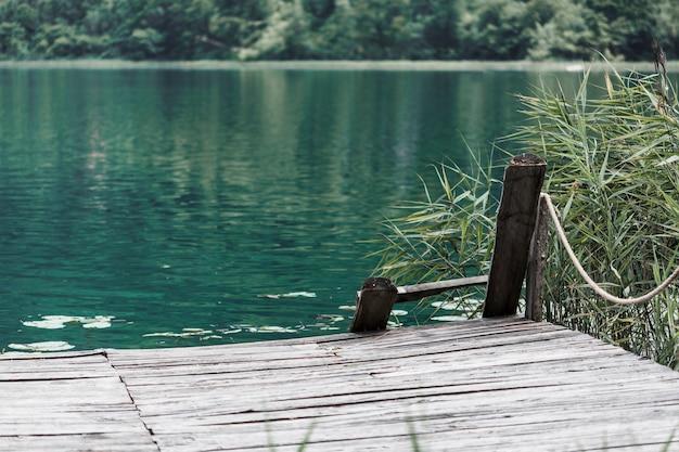 美しい湖の前の古い桟橋 Premium写真