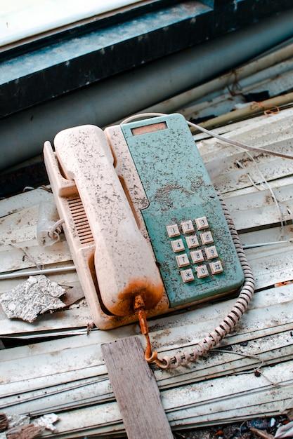 台湾、万里ufo村の廃屋の中の古いさびた電話 無料写真