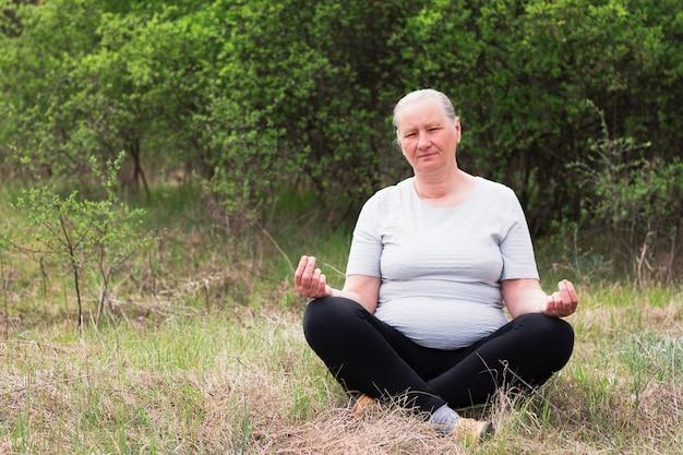 老婆は蓮華座で瞑想します。 Premium写真
