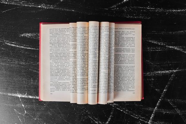 ページが折り返されている開いた本。 無料写真