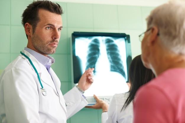 Analisi dell'immagine a raggi x in ospedale Foto Gratuite