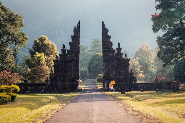Ancient bali gate with pathway in garden Premium Photo