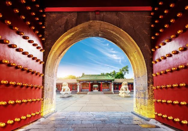 Ancient chinese building gate Premium Photo