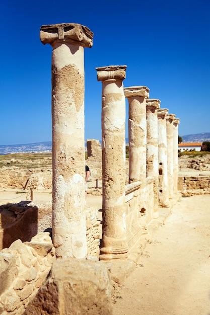 Древние колонны на объекте всемирного наследия юнеско в пафосе, кипр. Premium Фотографии