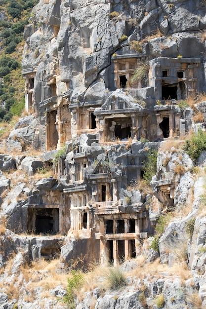 トルコ、デムレ、マイラの古代の岩を切り出した墓 Premium写真