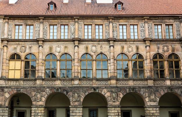 Фасад старинного каменного замка, европа Premium Фотографии