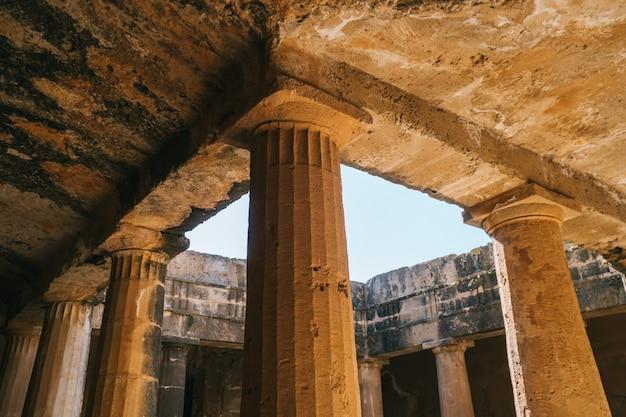 Древние каменные колонны в королевских гробницах, пафос, кипр Premium Фотографии