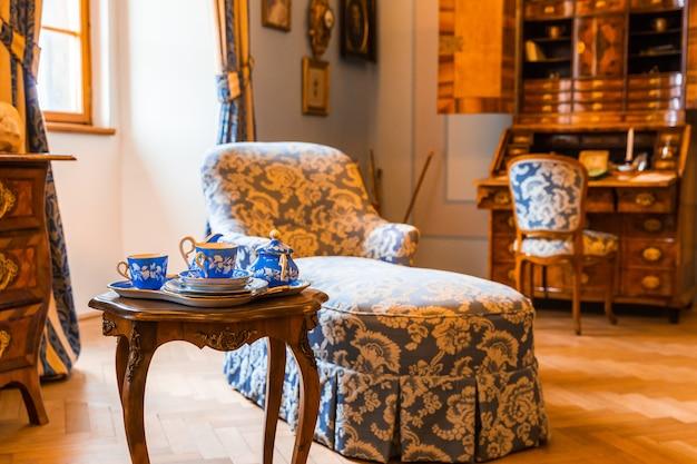 Старинная посуда и мебель в музее, европа Premium Фотографии