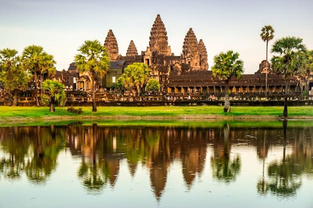 Древний храм ангкор-ват в камбодже Premium Фотографии