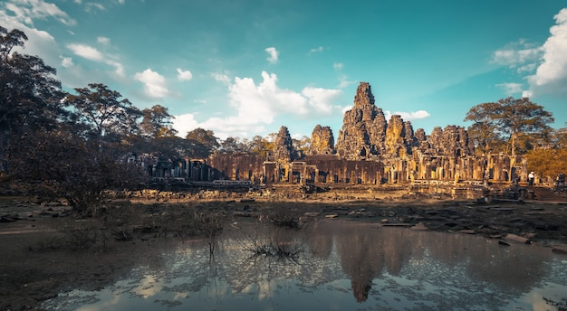 Храм ангкор ват. древняя архитектура Premium Фотографии