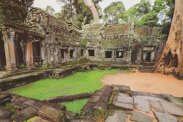 Храм ангкор-ват в камбодже. древний храмовый комплекс ангкор-ват Premium Фотографии