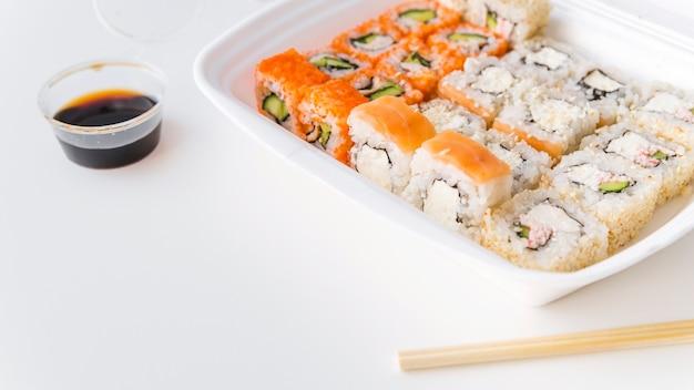 コピースペースでポークボウルに寿司の角度のビュー 無料写真